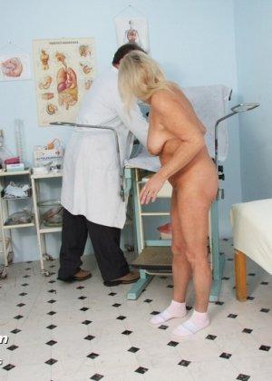 Пожилая женщина приходит на прием к врачу, чтобы показать все свои достоинства перед мужчиной - фото 15