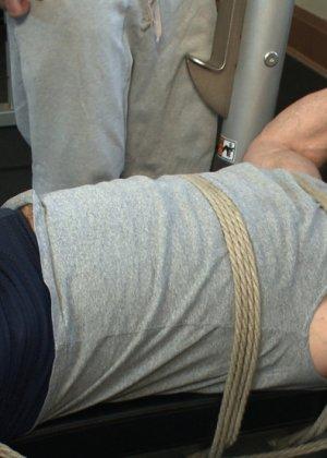 Два мужчины развлекаются в спортивном зале, а потом увлекаются и начинают делать минет друг другу - фото 3