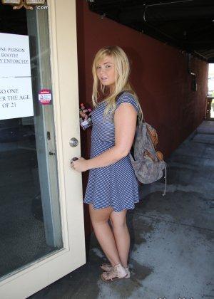 Блондинка после библиотеки занимается сексом с соседом через дырку в стене - фото 4