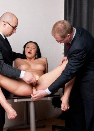 Два зрелых парня издеваются над красоткой суя ей в пизду секс игрушки - фото 10
