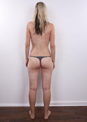 Горячая зрелая блондинка показывает все свои прелести - фото 8