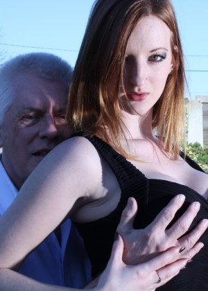 Пожилому мужчине очень повезло - ему отдается молодая телочка и удовлетворяет его желания - фото 4