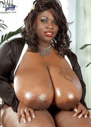 Очень большие сиськи всегда привлекают внимание, эта пышная негритянка потрясет своими дойками - фото 5