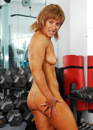 Тело этой женщины очень атлетично - она занимается бодибилдингом, но и про секс не забывает - фото 8
