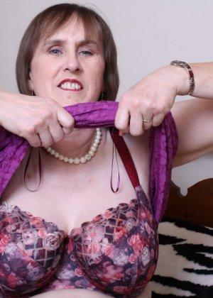 Британская зрелая женщина показывает себя, но старается сохранить некоторую загадку - фото 16