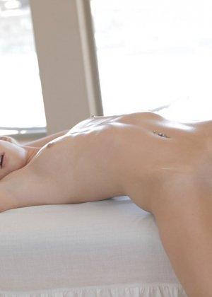 Массаж не только расслабил блондиночку, но и возбудил ее - фото 9