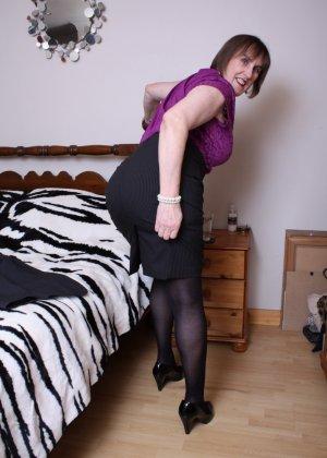 Женщина в возрасте не стесняется своего тела, поэтому с удовольствием показывает себя - фото 11