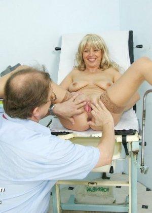 Женщина оказывается на приеме у гинеколога и раздвигает ноги для очень тщательного осмотра - фото 10