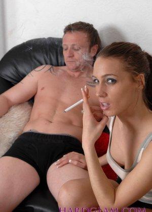 Девушка с сигаретой в руке отсасывает хуй молодому парню в трусах - фото 3