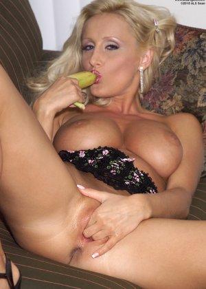 Зора Бэнкс – развратная сучка, которая так хочет секса, что удовлетворяется с помощью банана - фото 13
