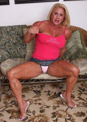 Женщина-бодибилдерша очень напоминает внешне мужчину, но всё же ее нутро говорит о женственности - фото 6