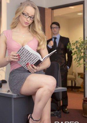 Стесси Кар одела сексуальные очки и страстно трахнулась на рабочем столе со своим коллегой - фото 2