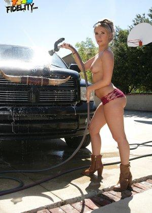 Харли Джэйд моет машину в обнаженном виде - фото 6- фото 6- фото 6