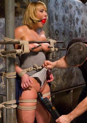 Жесткий мужик связав свою жену за измену издевается над ней вибратором - фото 5
