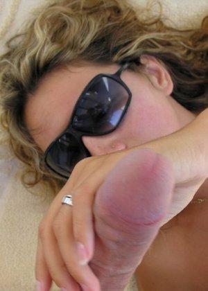 Девушка на отдыхе сосет хуй своему парню и ублажает его целиком - фото 29