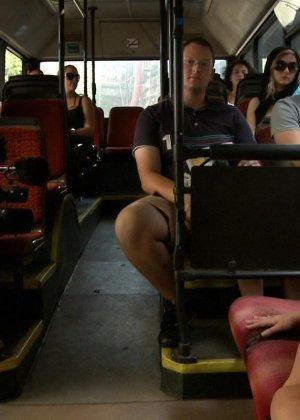 Блондинку ебут на публике в трамвае после длинного рабочего дня - фото 21