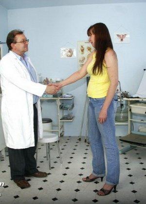 Женщина с волосатой пиздой раздвигает ноги перед мужчиной-гинекологом и показывает ему всё - фото 1