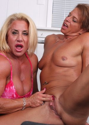 Два транса развлекаются друг с другом в спорт-зале, получая удовольствие от взаимных ласк - фото 13