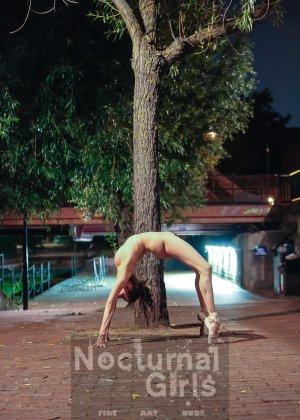 Девушка словно воссоединяется с природой и ночным городом - фото 8- фото 8- фото 8
