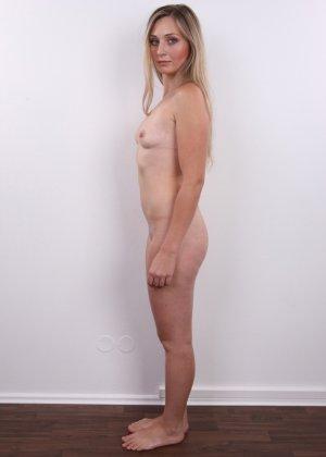 Девушка с хорошим телом показывает себя без одежды, участвуя в кастинге – все ее части тела очень соблазнительны - фото 11