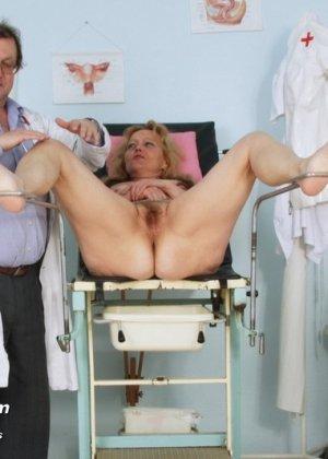 Зрелая женщина предлагает рассмотреть себя опытному врачу и он с удовольствием принимается за дело - фото 7