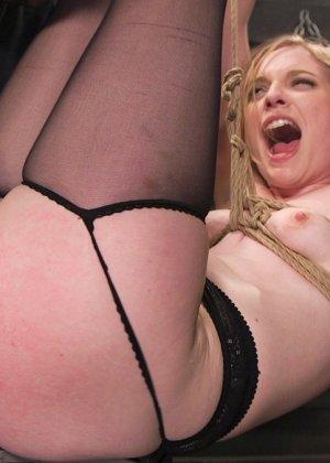 Жесткий извращенный трах во все дырочки очаровательной блондинки - фото 8