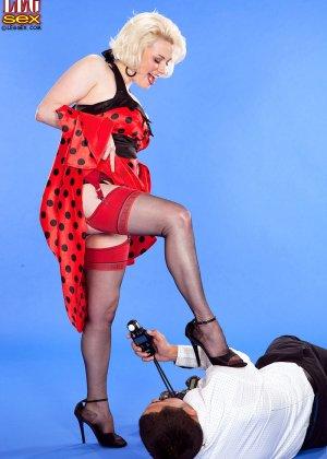 Голди Рэй показывает свою пышную фигуру фотографу, а затем подставляет свои дырочки для секса - фото 4