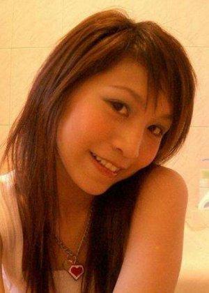 Красивая японская модель делает фото своей стройной фигуры - фото 1