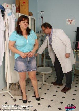 Зрелая Светлана приходит на прием к гинекологу, раздвигает ноги и показывает с себя со всех сторон - фото 1
