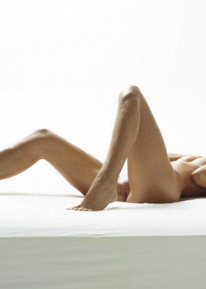 Эротические фото красивой худенькой девушки с маленькой грудью - фото 8