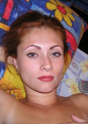Русская рыжая модница закрывает ручками свою молоденькую грудь - фото 20