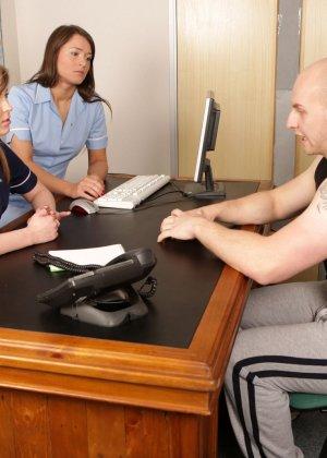 Две молодых медсестры разминают член тренеру по женскому футболу - фото 2