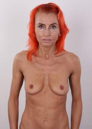 Зрелая рыжеволосая женщина не стесняется показывать свое тело и полностью раздевается перед камерой - фото 8