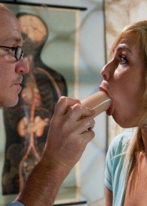 Тара Линн пришла к доктору на осмотр и получила большой хуй сначала в пизду, а потом в жопу - фото 9