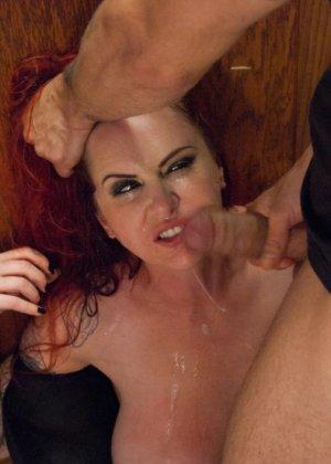Изо всех мускулистый чувак пердолит рыжеволосую девушку с большими дойками - фото 3