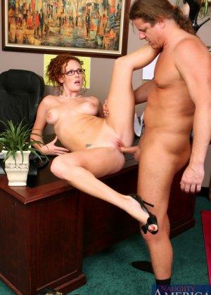 Рыжая секретарша с красивыми сиськами, задорно скачет на толстом хуе своего начальника, крича от удовольствия - фото 8