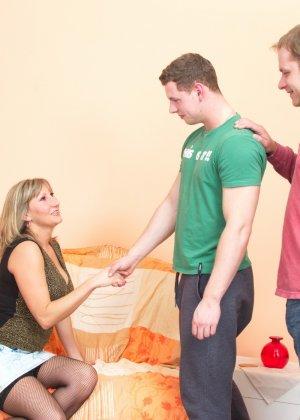 Два молодых парня стараются угодить зрелой женщине, ублажая ее с помощью нежных ласк - фото 11