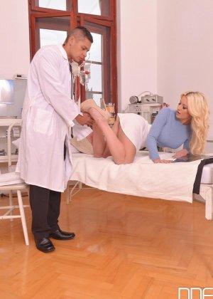 Шикарная молодая блондинка с натуральной грудью занимается сексом с доктором - фото 3