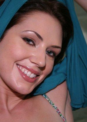 Брюнетка с широкой улыбкой любит когда ей в горло суют черные члены - фото 4