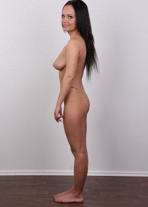 Брюнетка на кастинге в сексуальном белом белье улыбается на камеру - фото 13