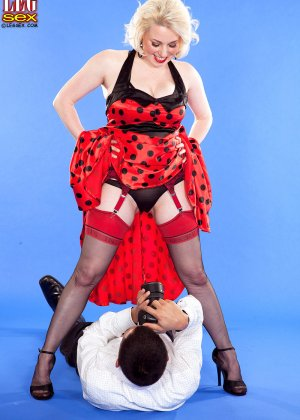 Голди Рэй показывает свою пышную фигуру фотографу, а затем подставляет свои дырочки для секса - фото 5