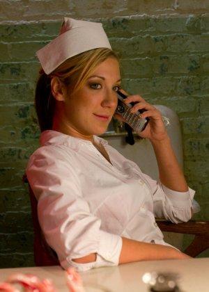 Красивая медсестра договорилась о встрече с подругой, а та связала ее и трахнула страпоном - фото 1