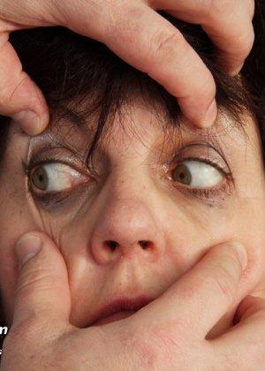 Развратный доктор устраивает зрелой женщине тщательный осмотр – она совсем не ожидала такого - фото 5