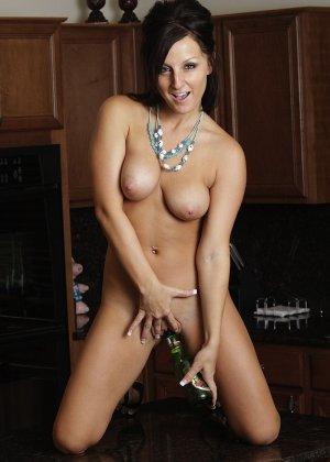 Мелисса Метьюс показывает, как она облизывает бутылочку и вставляет ее в свою пизденку - фото 2
