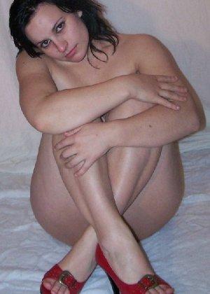 Беременная девушка в голом виде позирует перед камерой ради денег - фото 7