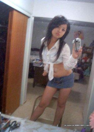Сексуальная азиатка симпатичной внешности делает красивые фото на телефон - фото 14