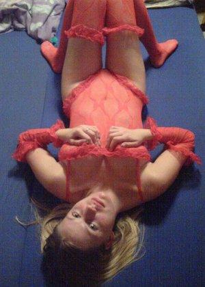 Девка в красном корсете лазит по полу и соблазняет мужа - фото 12
