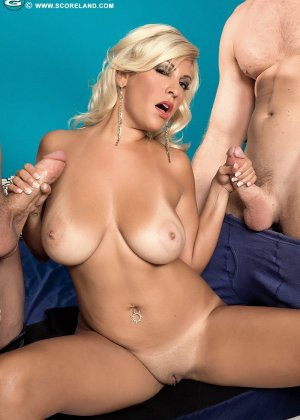 Опытная блондинка попадает в руки двух возбужденных молодых мужчин и дает им себя трахать - фото 12