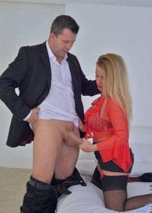 Тэйлор Морган с легкостью соблазняет мужчину и он устраивает ей отличную еблю с окончанием в ротик - фото 1