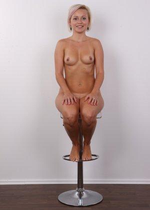 Блондинка на порно кастинге снимает все белье и оголит свои аккуратные сексуальные соски - фото 16